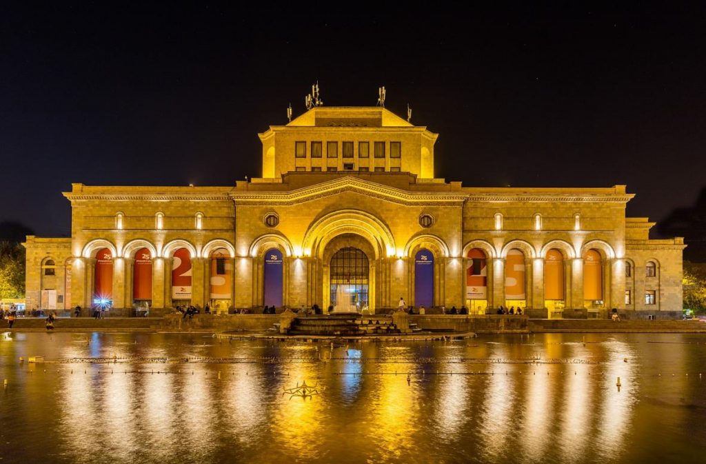 نمای شب میدان جمهوری ایروان
